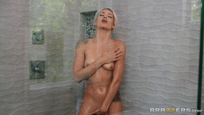 Блондинка натирает после душа член мускулистого женатика дырочками #1