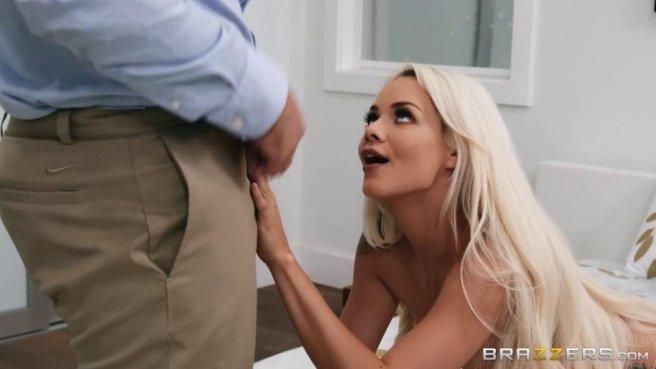 Блондинка натирает после душа член мускулистого женатика дырочками #2