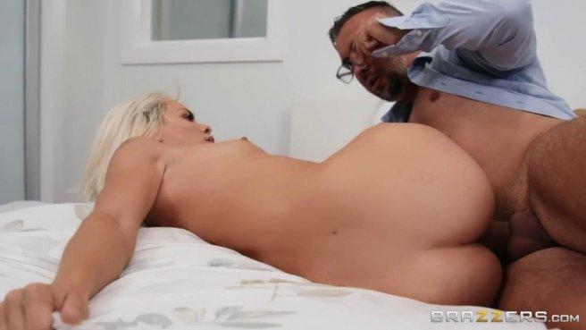 Блондинка натирает после душа член мускулистого женатика дырочками #9