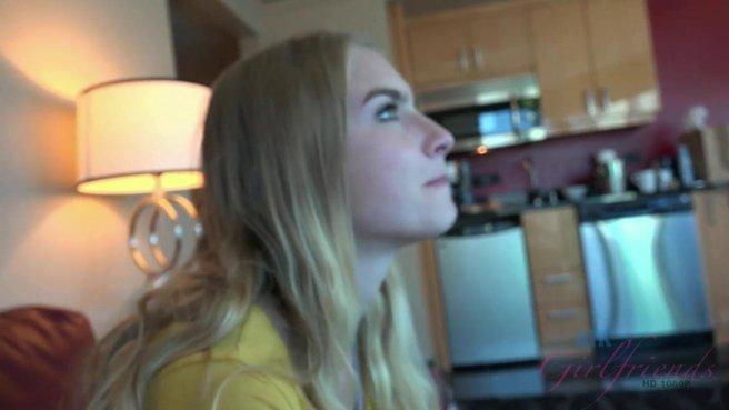Девушка моется в ванной и разрешает мужу снимать домашнее видео об этом #1