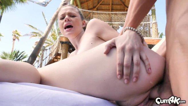 Массажист на курорте ебется во дворе на столике с пошлой клиенткой #9
