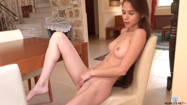 Худая девица с длинными волосами на стуле мастурбирует промежность #9