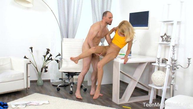 Репетитор снимает со студентки в желтой майке трусики и медленно ебет на белом столе #6