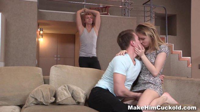 Красотка связала мужа и дала на диване в писечку молодому соседу #3