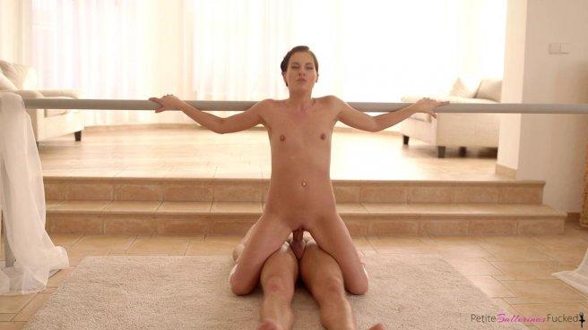 Балерина на тренировке полирует в позе всадника большой хер тренера #7