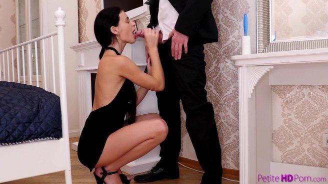 Парень приехал с работы и повалил на кровать девицу в черных туфлях, чтобы классно выебать #2