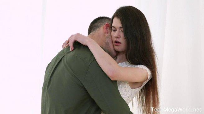 Пацан целуется с худой подругой и готовится долго натирать членом ее анус #1