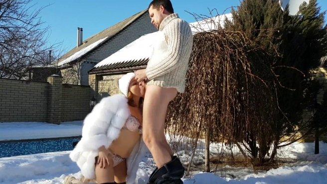 Девка в шубе на снегу ласкает задним проходом симпатичный хер спортсмена #1