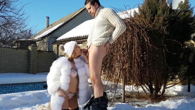 Девка в шубе на снегу ласкает задним проходом симпатичный хер спортсмена #2