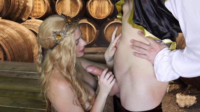 Королева в винном погребе ласкает бритую дубину мускулистого слуги #4