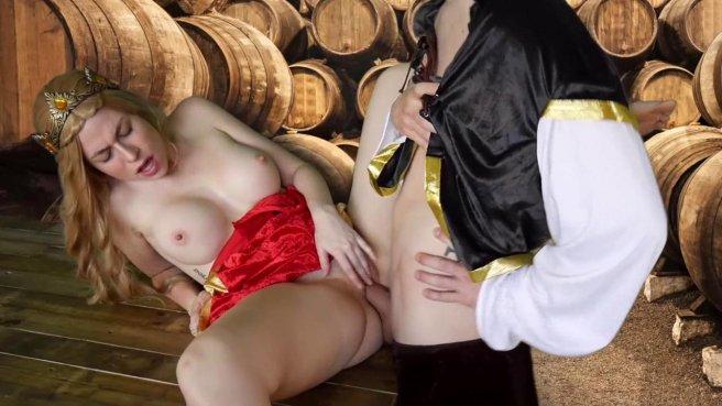 Королева в винном погребе ласкает бритую дубину мускулистого слуги #6