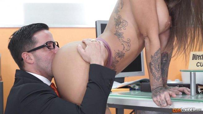 Начальник на собеседовании имеет сотрудницу в пиздень и сливает ей на лобок сперму #3