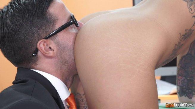 Начальник на собеседовании имеет сотрудницу в пиздень и сливает ей на лобок сперму #4