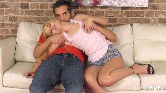 Блонди дрочит ватрушку перед режиссером и начинает сосать его палку #1