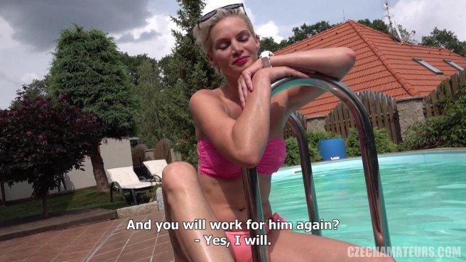 Девка поплавала нагишом в бассейне и присела писей на хер агента #1