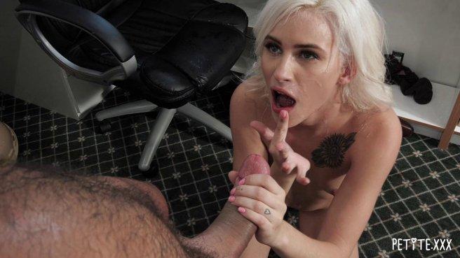 Блондинка с утра запрыгнула на сочный член начальника на столе #10