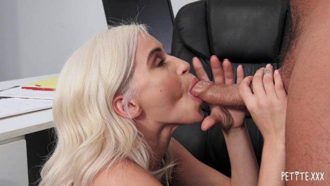 Блондинка с утра запрыгнула на сочный член начальника на столе #3