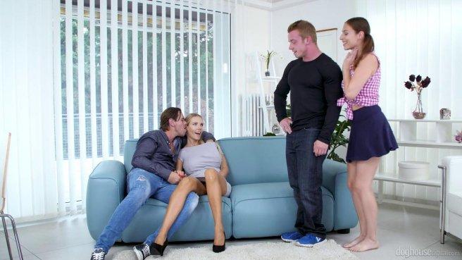 Два парня меняются женами и мутят свинг-оргию на голубом диване #1