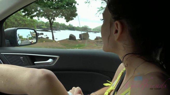 Пассажирка дрочит в машине писечку и хочет уже член прямо в нее #2