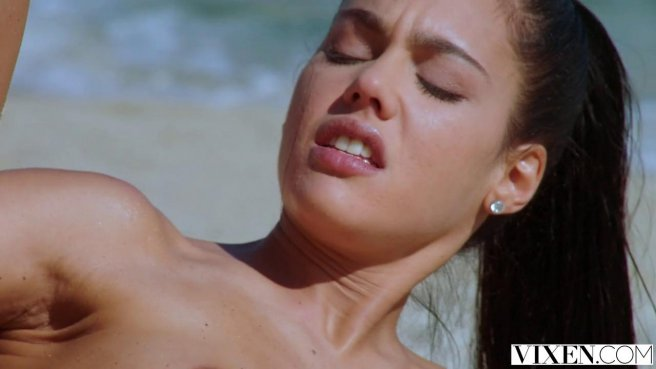 Спасатель прямо на пляже вонзил гигантский член в широкую вагину туристки #8