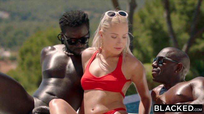 Двое черных у бассейна натягивают вагину и ротик модели на длинные елдаки #4