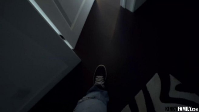 Латинка покорно перед объективом камеры глотает коричневый член бандита #1