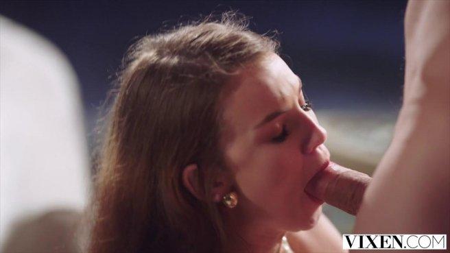 Седой развратник целует женский клиторок и медленно вводит во влагалище член #3