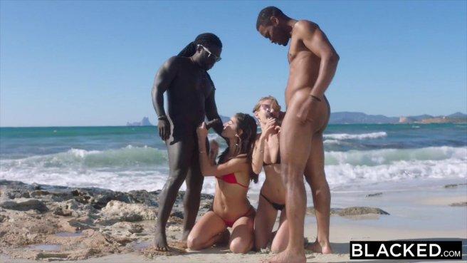 Девушки на пляже в красных купальниках сосут неграм большие члены #4