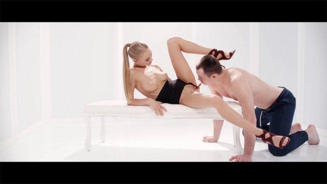 Девушка получает от раба жесткий куннилингус и сквиртит ему на лицо #8