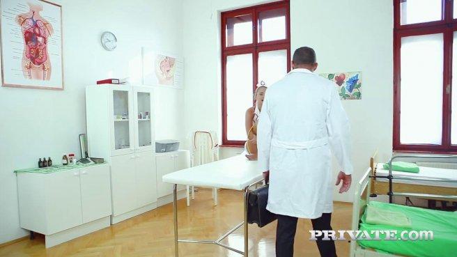 Медсестры принимает от мужественного доктора член в упругий попец #2