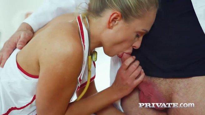 Медсестры принимает от мужественного доктора член в упругий попец #4