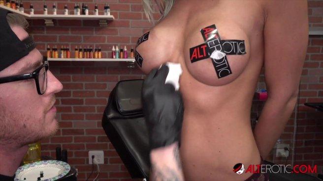 Сисястая девка с тату ебется с двумя татуировщиками на кушетке #1