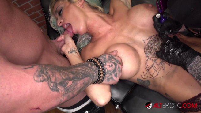 Сисястая девка с тату ебется с двумя татуировщиками на кушетке #6