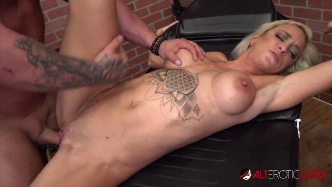Сисястая девка с тату ебется с двумя татуировщиками на кушетке #9
