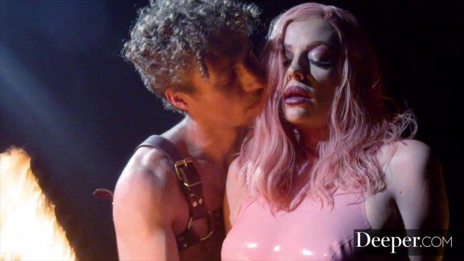 Качок на сцене устроил видеосъемку анального секса с брюнеткой с тату на попе #2