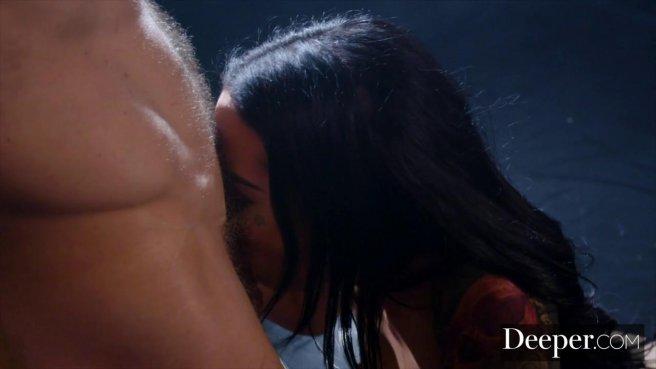 Качок на сцене устроил видеосъемку анального секса с брюнеткой с тату на попе #5