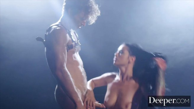 Качок на сцене устроил видеосъемку анального секса с брюнеткой с тату на попе #6