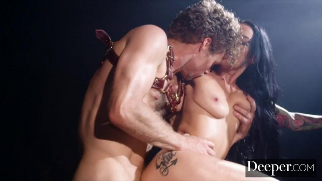 Качок на сцене устроил видеосъемку анального секса с брюнеткой с тату на попе #8