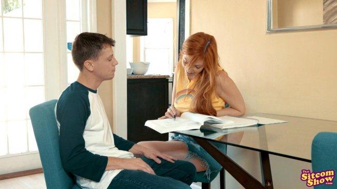 Студент за спиной у мамки ебется с рыжей соседкой в джинсовой юбке #1