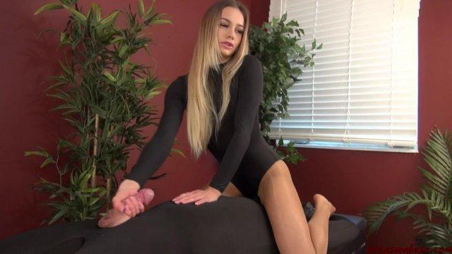 Девушка натирает мягкими ладошками тонкий член с большой головкой #5