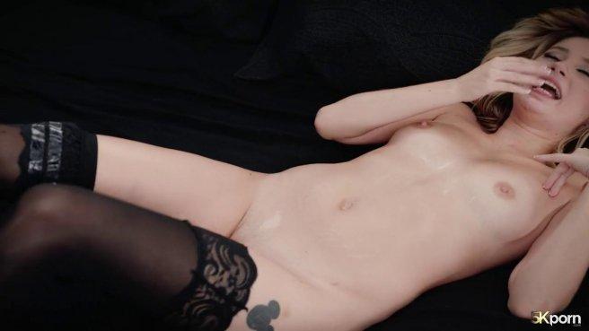 Блонди на секс-встрече заставила поджарого латиноса обильно стрельнуть спермой #10