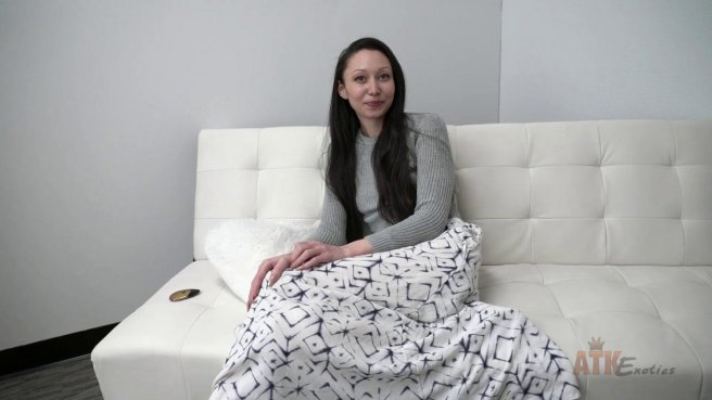Актриса на собеседовании задирает юбку и гладит пальчиками клиторок #1