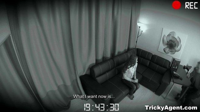 Агент в возрасте пользуется бритой писечкой девушки на кастинге #2