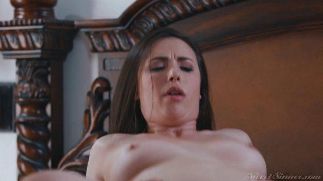 Красавица перед старым мужем натягивает вагину на член спортивного ебаря #7