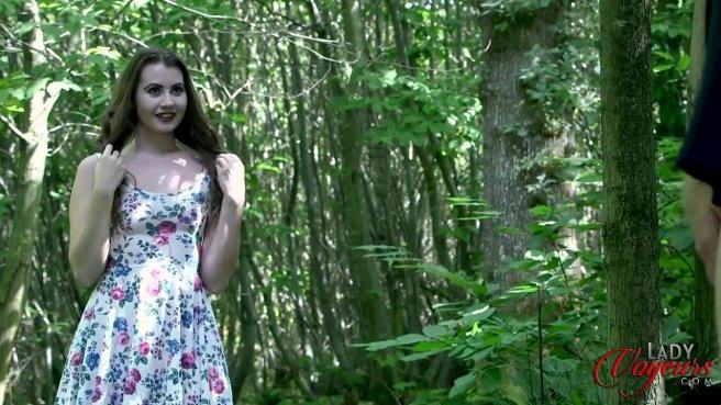 Красотка застукала соседа в лесу за дрочкой большого члена #1