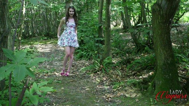 Красотка застукала соседа в лесу за дрочкой большого члена #10