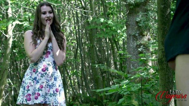 Красотка застукала соседа в лесу за дрочкой большого члена #2