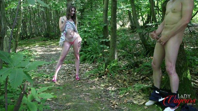 Красотка застукала соседа в лесу за дрочкой большого члена #4