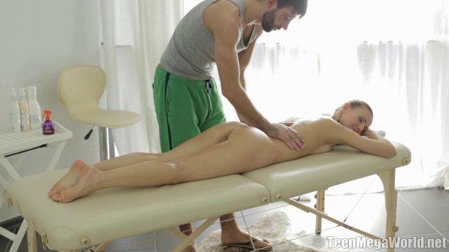 Нежный массаж закончился жарким сексом с бородачом на кушетке #2