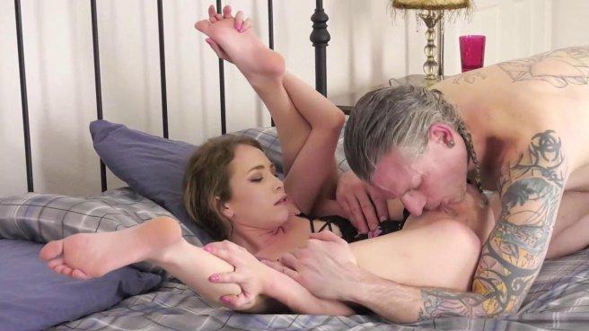 Зрелый мачо лижет киску молодой девушке и жестко трахает ее раком на кровати #3